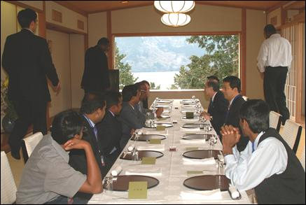 Akashi hosts Tiger delegation to traditional meal.