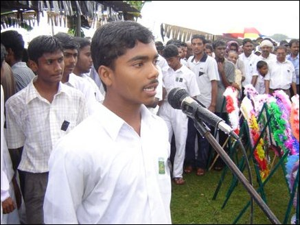 Fellow student T.Mahanasanthiran addressing the mourners