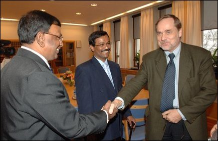 Jan Petersen (right), former foreign minister of Norway shaking hands with B. Nadesan, head of Thami
