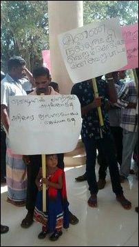 Tamil fishermen in Kokku'laay protest